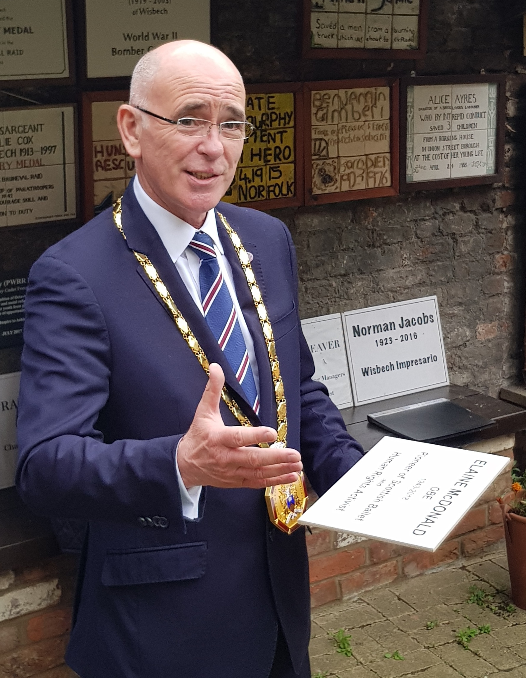 Mr Jim Strang, president of the Chartered Institute of Housing, unveils the plaque